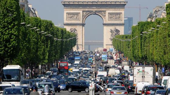 Miasta wprowadzają zakaz jazdy niektórymi samochodami. Z powodu upałów