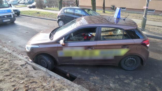 Pechowy manewr podczas nauki jazdy. Samochód utknął w dziurze
