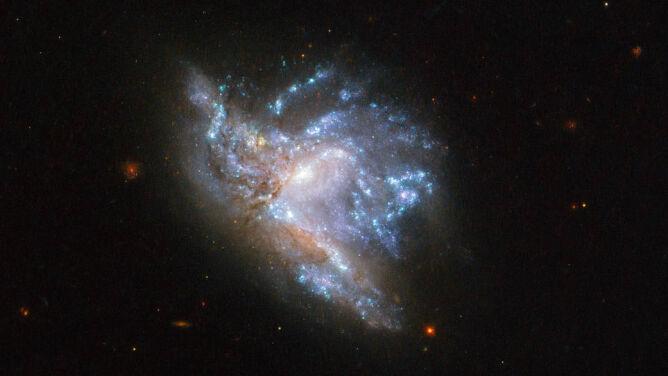 Dwie galaktyki w późnej fazie zderzenia
