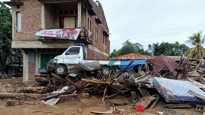 """""""Domy zmyte przez powódź"""", zawalone mosty. Wzrasta liczba ofiar, są zaginieni"""
