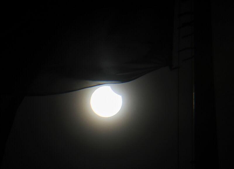 Częściowe zaćmienie Słońca na Ukrainie (PAP/EPA/SERGEY DOLZHENKO)
