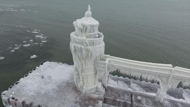 Latarnia morska jak skuta lodem fontanna